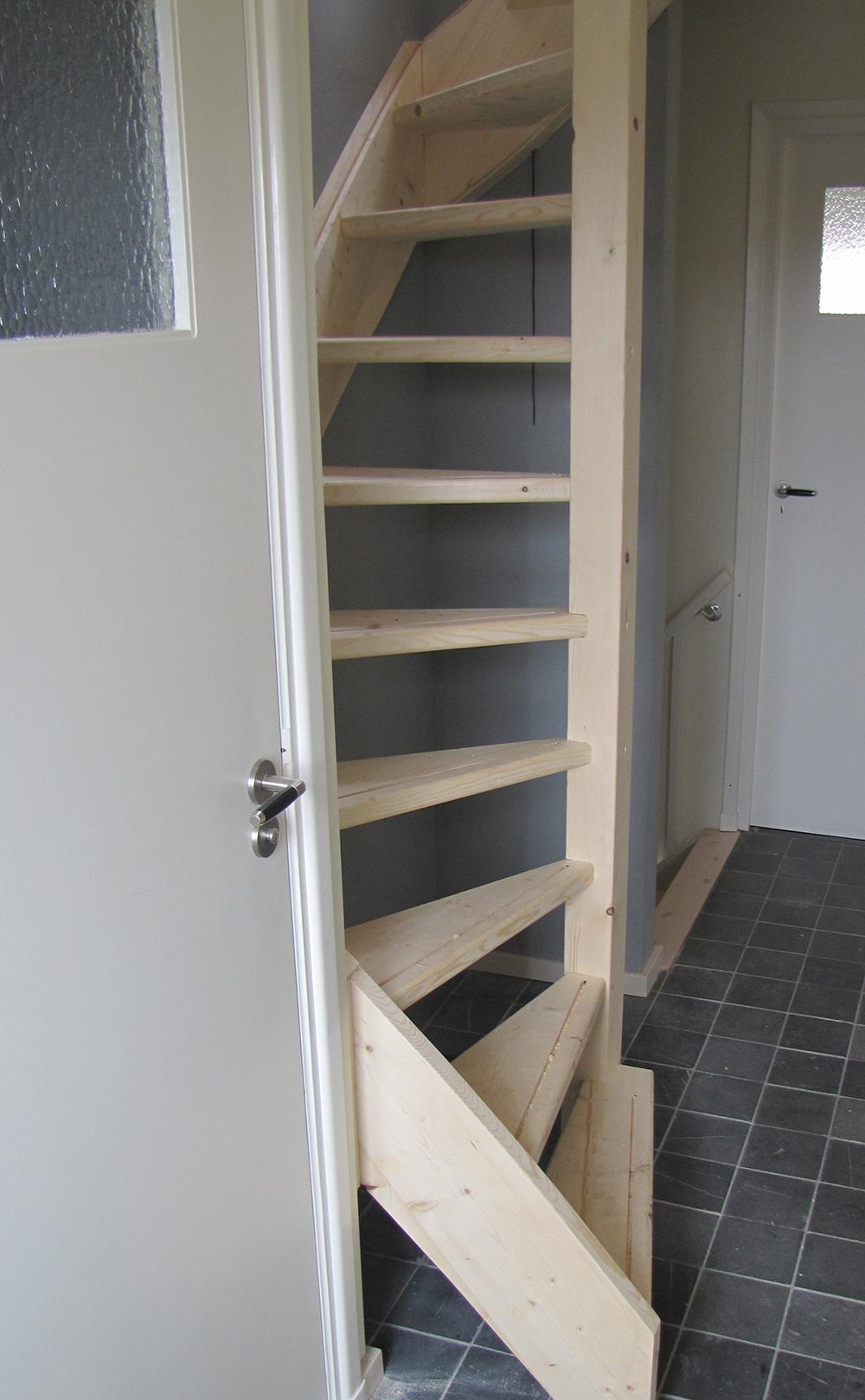 Houten trap beijes trappen bouw - Houten trap ...