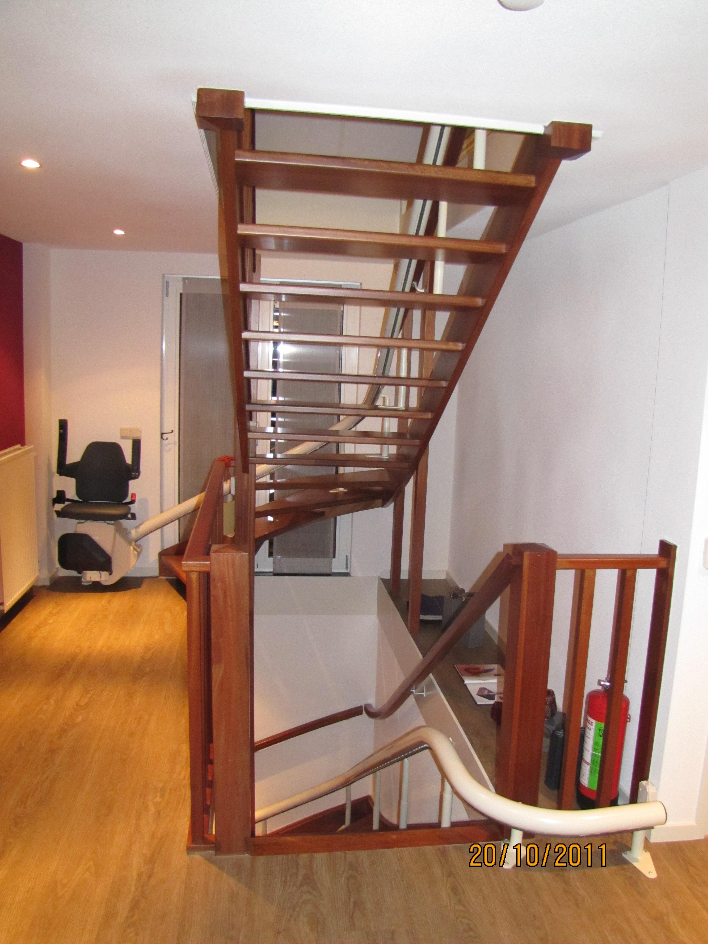Mahonie trap met traplift toon hermans huis te weert beijes trappen bouw - Huis met trap ...