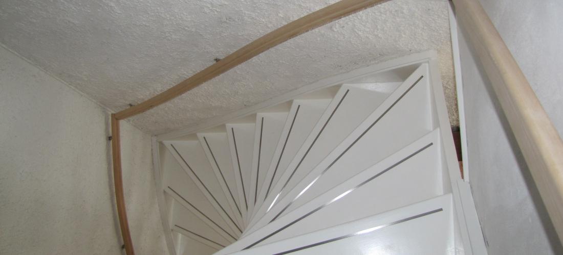 Hardhouten witte trap met rvs anti slip beijes trappen bouw - Witte houten trap ...